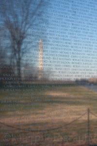 Vietnam Veterans Memorial mit Washington Monument im Hintergrund, Dezember 2008