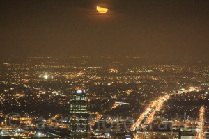 Mondaufgang über Brooklyn, betrachtet vom Empire State Building, Dezember 2008